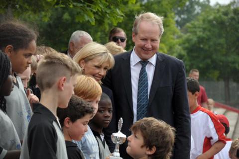 Doris Schröder-Köpf und Stefan Schostok mit den Kindern des Fußballturniers