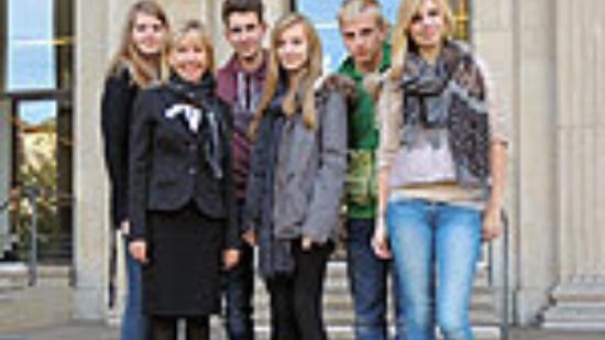 Die fünf Alfelder Schülerinnen und Schüler mit Doris Schröder-Köpf vor dem Landtagsgebäude