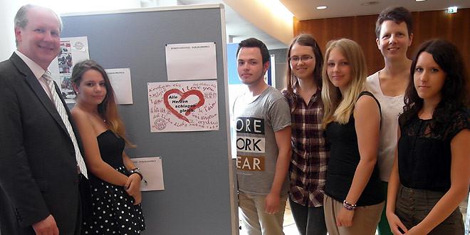 Stefan Schostok überreicht den 1. Preis des Plakatwettbewerbs an Julia, Hanna, Shari, Karina und Sarah von der Berufsbildenden Schule (BBS) Lingen