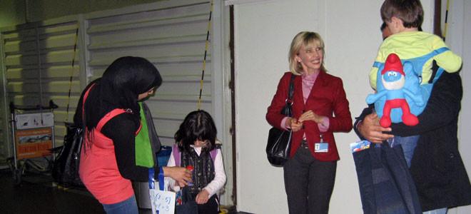 Doris Schröder-Köpf begrüßt die Flüchtlinge am Flughafen Hannover