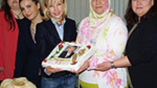 Zum Weltfrauenfrauentag überreichen Andrea Griesel, Cennet Tutan, Filiz Aktar (von links) und Fatma Göksan (rechts) Doris Schröder-Köpf eine selbstgebackene Torte